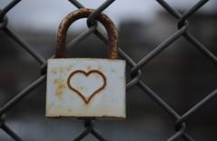 cadenas (bulbocode909) Tags: cadenas ferrailles rouilles barrières grillages coeur