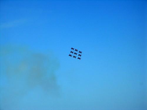 aerei su cielo azzurro in formazione con foschia