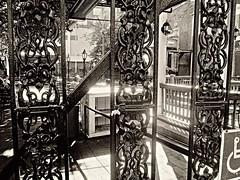 Silky's garden (DannyAbe) Tags: restaurant memphis wroughtiron courtyard silkyosullivans