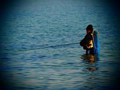 Ein Angler stand in  der  Ostsee und hielt die Angel in der Hand.   Er wollte fangen einen Barsch,  das Wasser stand ihm bis zum A….. . (Ostseetroll) Tags: brodtenersteilufer deu deutschland geo:lat=5397965125 geo:lon=1088395357 geotagged schleswigholstein travemünde ostsee balticsea angler
