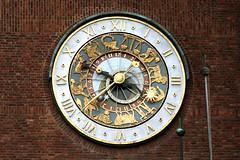 Orologio con zodiaco (Alfredo Liverani) Tags: clock oslo norway canon norge reloj orologio architettura norvegia cerchio uhr noreg relojes rellotge rellotges rotondo quadrante 40d canon40d norvegia2010 lancettadelleore