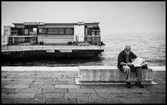 daily news... (Lukas_R.) Tags: leica q 28mm f17 bw street venedig venezia venecia news paper daily people lonely