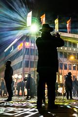 7821 (explored) (.niraw) Tags: timedriftscologne köln domplatte strasenfotografie niraw nebel hut lichtinstallation fahnen personen menschen regenschirm gegenlicht scheinwerfer stern