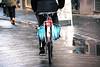 IMGP1117 (maurizio siani) Tags: napoli naples italia italy pentax k70 18135mm campania gennaio 2017 inverno mattina città city bicicletta bici persona uomo correre strada via chiaia bagnata piovuto acqua ruota posteriore dietro persone gente