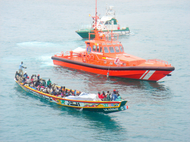 Cayuco con inmigrantes (Boat with sub Saharian immigrants).
