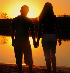 Paixo do Por do Sol (joaobambu) Tags: sunset pordosol evan sun lake love silhouette topv111 backlight contraluz hands topv333 couple silhouettes frombehind passion romantic holdinghands backlit represa outline outlines casal topf15 romantico davi