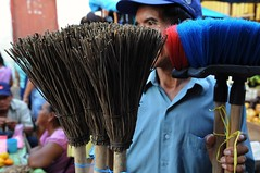 2015-11-08_07-36-00 (Jaime Chang) Tags: street photography market streetphotography mercado broom streetvendor escoba yurimaguas mercadodeyurimaguas