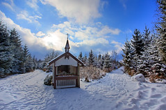 Chapel in the wood (++sepp++) Tags: landschaftsfotografie stauden wald winter chapel kapelle landscape landschaft forest wood schnee snow sonnig sunny bäume trees gegenlicht backlight backlit