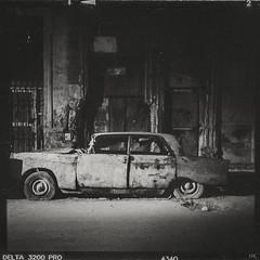 Expired (*altglas*) Tags: car oldtimer wreck decay mittelformat 6x6 120 film analog bw monochrome zeiss superikonta 53316 cuba ilford3200 mediumformat