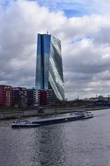 2017 Lastschiff vor der EZB (mercatormovens) Tags: frankfurt stadtaufnahme city main ezb ostend schiff lastschiff fluss europäischezentralbank hochhaus spiegelung wolkenhimmel