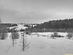 Внизу течет река Сестра и мы едем к ее водам и льдам по снегоходному следу.