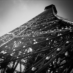 Parigi 2007 - Tour Eiffel (1.11 - Giovanni Contarelli) Tags: blackandwhite white black paris france canon torre tour eiffel francia parigi ixus55