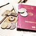 Reisepass und Urlaub mit Hut, Koffer und Geld in Nahaufnahme