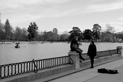 Madrid 13 (pjarc) Tags: europe europa spagna spain espana madrid capital capitale city città parco park allaperto dicembre december 2016 persone peoples lago lake acqua water foto photo bw black white biancoenero musicista nikon d200 dx noff lens zoom nikkor 18200mm