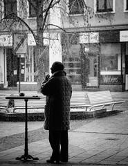 Snow Lady (Thomas Listl) Tags: thomaslistl blackandwhite noiretblanc biancoenegro winter snow woman lady smoking bench würzburg street urban sunday