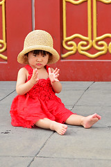 The little red lady... (RodaLarga) Tags: china beijing nikon portrait people d7000