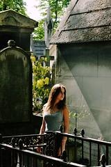 DSC_0001 (6) (Solène Tarrieu) Tags: portrait people woman paris france girl posture amateur flore cimetière ténébreux caital solènetarrieu