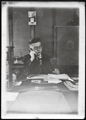 Archiv C006 Kanzleiarbeitsplatz, Ende der 1920er (Hans-Michael Tappen) Tags: 1920s office costume outfit interieur brille telefon tresor büro schreibtisch kleidung kanzlei telefonhörer fotorahmen archivhansmichaeltappen 1020er