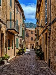 Valldemossa - Mallorca (achim-51) Tags: architektur gasse valdemossa mallorca blau himmel wolken clouds panasonic dmcg5 lumix
