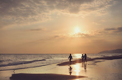 (Vegajuls) Tags: playa beach atardecer sunset fotografia photography niños childrens soft ligth suave run