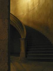 Escalera del Emperador. Palacio de Carlos V. (Nocturna) (Juan J. Márquez (de vuelta a la batalla)) Tags: color granada andalucia alhambra palaciodecarlosv viajar turismo viajes patrimonio monumentos nazari