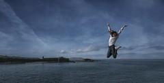 ¡Salta! (T.I.T.A.) Tags: salto jump lalanzada noalla capilladelalanzada chica girl cielo nubes sky mar oceano lachicavoladora isladelmédico illadomédico sanxenxo