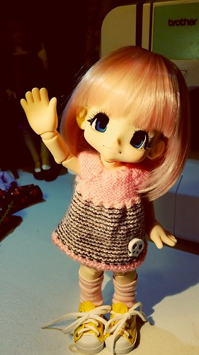 Kikipop stole a blythe dress made by Feltland.. pretty adorable :)