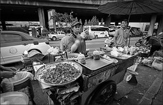 Aint no . . (grantthai) Tags: street food breakfast thailand bangkok earlymorning streetphotography wideangle hungry hawker highiso 1020sigma foodhawker makkasan rawbangkok