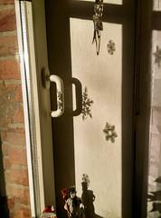 Schatten-Schneeflocken (Yukkuriko) Tags: germany deutschland adventszeit weihnachtsdeko marl lichtundschatten bearbeitet schneeflocken schneekristalle lemfrde