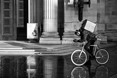 Deliveroo (Foto John) Tags: leicam240 leicam leica leicamtyp240 rangefinder summicronm50mmƒ2iv blackwhite blackandwhite blackandwhitethatsright monochrome streetphotography people man cyclist courier delivery deliveroo london uk