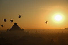 Sunrise over Bagan (Karlo Nema) Tags: myanmar bagan sunrise sonnenaufgang balloon balon heisluftballon tempel temple old alt ancient morning morgen early früh king city culture kultur heritage erbe over über beautiful schön unique einzigartig romantisch romantic quiet ruhig special besonders canon rebel ti5 eos700d eos handheld