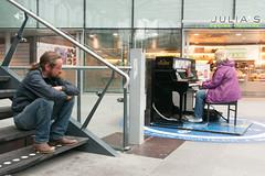 2015-09-12-2 (Aschwinn) Tags: music netherlands den nederland streetphotography denhaag muziek haag rood thehague streetmusician straatfotografie straatmuziekant centraalstationdenhaag