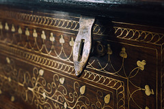 181/365: chest (Yen Thu McGrath) Tags: wood project handle photography lock chest trunk 365 photoproject photochallenge project365 365dayproject
