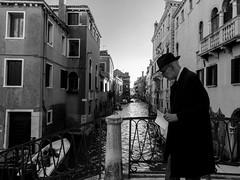 Vénitien pensif (cactus2016) Tags: people blackandwhite monochrome noiretblanc streetphotography rue venise personnes