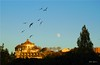 Entardecer no Porto - Portugal (Valcir Siqueira) Tags: sunset moon portugal birds cityscape porto