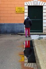 Secolo XVII (meghimeg) Tags: 2015 lavagna pioggia rain uomo man riflesso reflection poortone porta door secoloxvii pozzanghera puddle acqua water