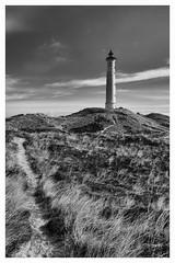 Lyngvig Fyr (Der Zeit die Augenblicke stehlen) Tags: bw danmark dänemark eos700d hth56 landscape landschaft leuchtturm lighthouse meer nordsee rahmen sand thomashesse frame monochrom sw