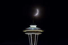 September 17th moon passing the Space Needle at 20.4%. (Brendinni) Tags: seattle nightphotography moon weather haze luna spaceneedle seattlewa celestrial singleexposure wawx moon204