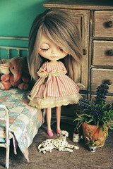 I made a new vintage hand-dyed dress for blythe. And I want to do a giveaway in Instagram very soon. I think it`ll be in monday ;)