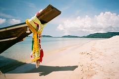 Ko Samui Thailand (kuronakko) Tags: travel flowers sky sun film beach colors thailand island boat iso200 sand ps pointandshoot kosamui c41 konica28wb konica28wb agfavistaplus200 konica28mmf35lens genbekantoku