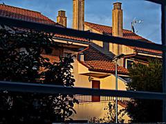 Cae la tarde (Luicabe) Tags: antena árbol arquitectura ave cabello canalón casa chimenea cieloazul edificio enazamorado ladrillo luicabe luis pájaro planta puerta sol tejado terraza yarat1 ngc