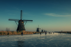 Schaatsen Kinderdijk (Gatria) Tags: europe europa netherlands nederland holland kinderdijk molen winter ice ijs eis mühlen mühle januari january januar schaatsen people sport cross blue blau blauw skating sky himmel hemel mill canon 5d mk iv ef 16 35 mm 28 l iii