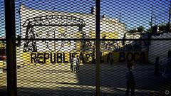República de La Boca (Pakinho10) Tags: argentina buenosaires laboca barrio fútbol bocajuniors neighborhood repúblicadelaboca república airelibre 169 iphone verja valla niños soccer football graffitti children child boys boy kid
