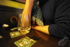 DSC_9759 (OL!v!ER) Tags: refletdagences verre vin alcoolisme boisson bar vinblanc alcool