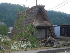茅葺きの炭焼き小屋
