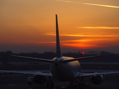 Sunrise at Malpensa airport (Franco Folini) Tags: red italy sun sunrise airplane photography airport foto alba milano sony aeroporto mpx fotografia sole mxp malpensa aeroplano dscf707 albeggiare francofolini folini