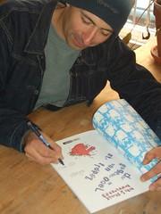 Fil signiert seinen neuesten Didi & Stulle-Comic für uns