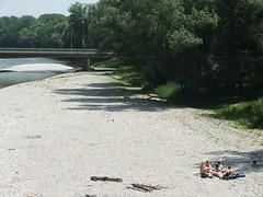 Entspannung auf der Sandbank Nr. 1 (dustpuppy) Tags: bridge people river isar freising sandbank bathers