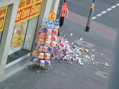mug death - tassentod (Moogulator) Tags: broken tasse shop laden smashed tot geschäft becher kaputt