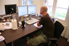Ard reading Reinhard's post (arjecahn) Tags: ard cocoon committer ardschrijvers